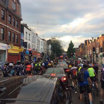 Pelotão a caminho pelas ruas de Hackney